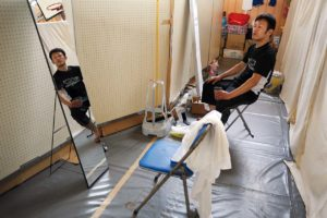 Un coiffeur benevole attend des clients Centre pour deplaces a Otsuchi-cho, departement d'Iwate  le 09 juin 2011