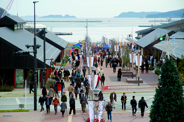 Le quartier commerçant s'étend, en ligne droite, de la gare jusqu'à la mer. -Ishinomaki Hibi Shimbun-