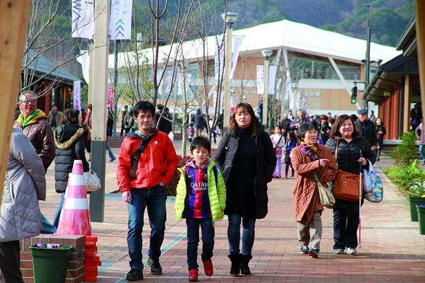 Derrière ce nouveau lieu de promenade et de shopping, la gare dessinée par Ban Shigeru. -Ishinomaki Hibi Shimbun-