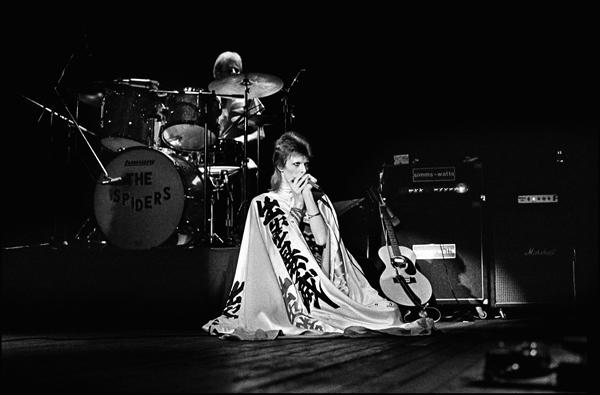 Le 3 juillet 1973 à l'Hammersmith Odeon de Londres, David Bowie a revêtu pour la dernière fois sa cape dessinée par Yamamoto Kansai et sur laquelle on distingue son nom transcrit en kanji. -Chalkie Davies/Getty Images-