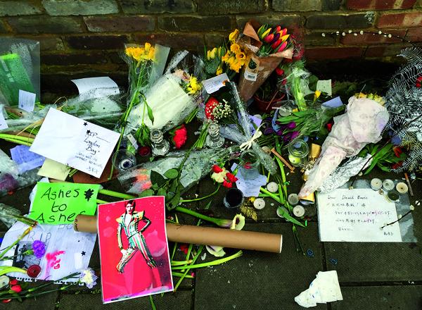 Le 23 janvier 2016, devant la maison natale de David Bowie, à Londres, le message de Kanako (à droite).