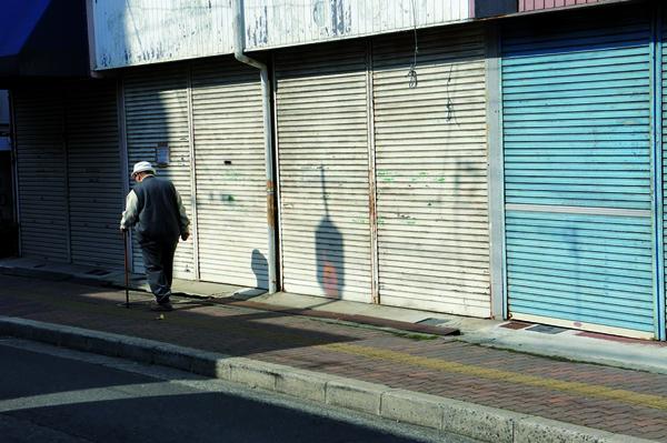 Deux symboles du déclin des régions : vieillissement de la population et rues commerçantes à l'abandon. Mais l'heure du renouveau a sonné.