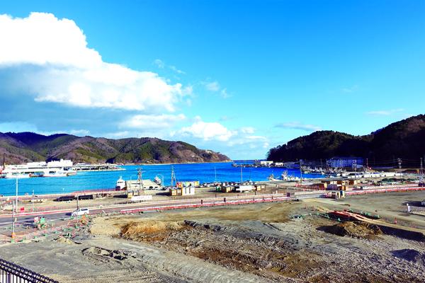 Plutôt que de construire une digue haute de 7 mètres qui aurait défiguré la baie d'Onagawa, c'est le front de mer qui a été entièrement relevé de 7 mètres. (Dominique Leray & Ritsuko Koga)