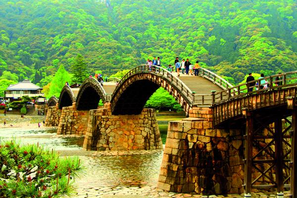 Le pont Kintai n'a pas été épargné par les éléments, mais les habitants d'Iwakuni n'ont jamais cessé de le reconstruire selon les plans d'origine. -Angeles Marin Cabello pour Zoom Japon-