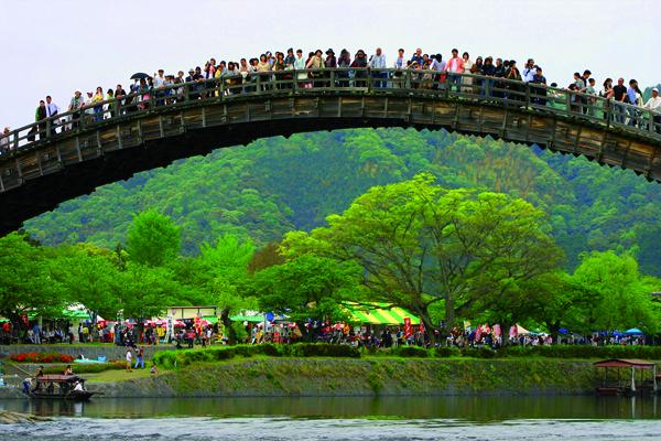 """""""Plus il y a de monde sur le pont, plus il est solide"""", affirme-t-on à Iwakuni.  -Angeles Marin Cabello pour Zoom Japon-"""