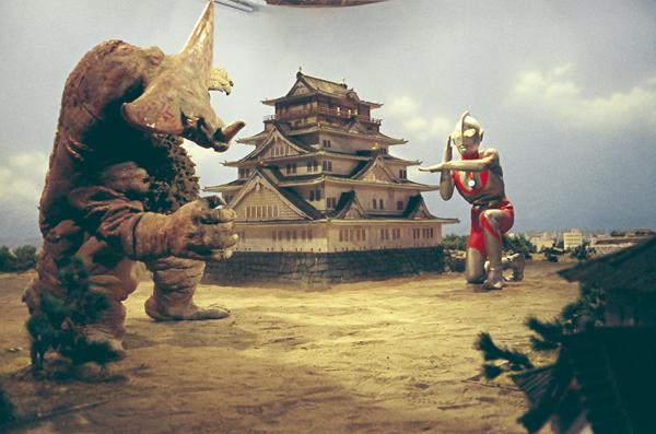 Ultraman affronte Gomora dans les épisodes 26 et 27 quand le monstre décide de s'en prendre au château d'Ôsaka. CR:Tsuburaya Pro