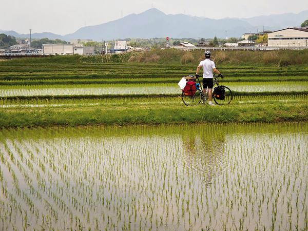 Le vélo permet de découvrir des lieux que les moyens de transport classiques n'offrent pas. -Andrew Marston-