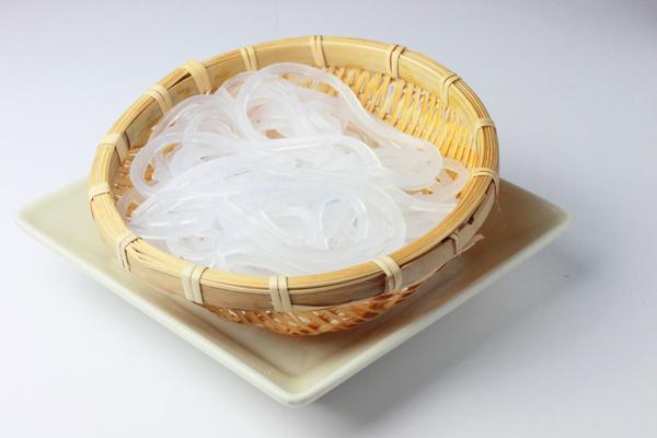 Gris ou blanc ? La couleur de la pâte se définit lorsque l'on râpe les bulbes de konjac avec ou sans la peau.