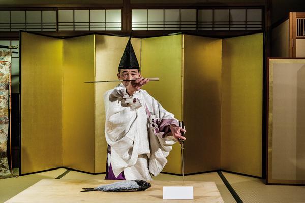 Ikama Masayasu sur le point de pratiquer la cérémonie du shikibôchô qui était à l'origine réservée à l'Empereur. -Jérémie Souteyrat pour Zoom Japon-