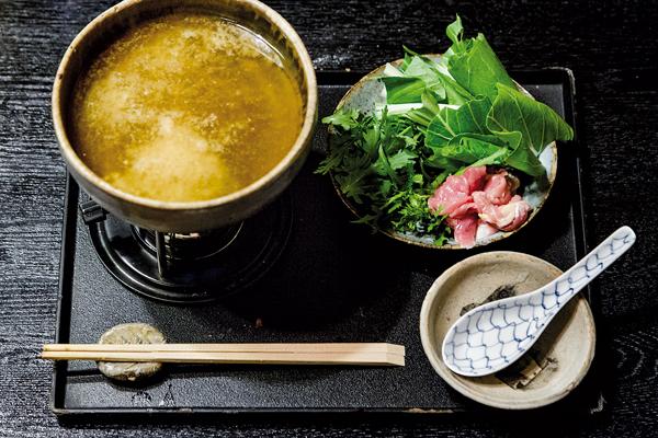 """C'est une cuisine simple que le """"cuisinier de la terre"""" propose à sa clientèle. -Jérémie Souteyrat pour Zoom Japon-"""
