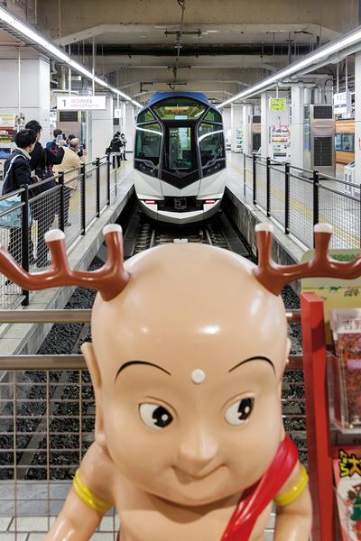 Le Shimakaze et Sento-kun, la mascotte de Nara. -Jérémie Souteyrat pour Zoom Japon-