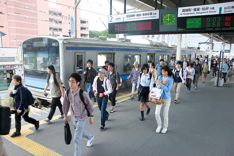 Salariés et élèves se pressent sur le quai de la ligne Senseki à Ishinomaki. ©Ishinomaki Hibi Shimbun