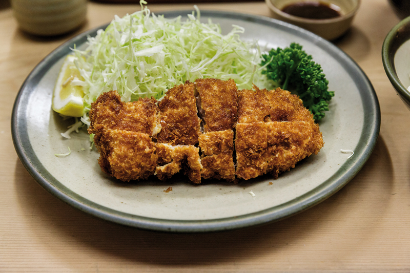Un hirekatsu (filet mignon de porc pané et frit) tel qu'il est servi dans la plupart des restaurants de tonkatsu. ©Jérémie Souteyrat pour Zoom Japon