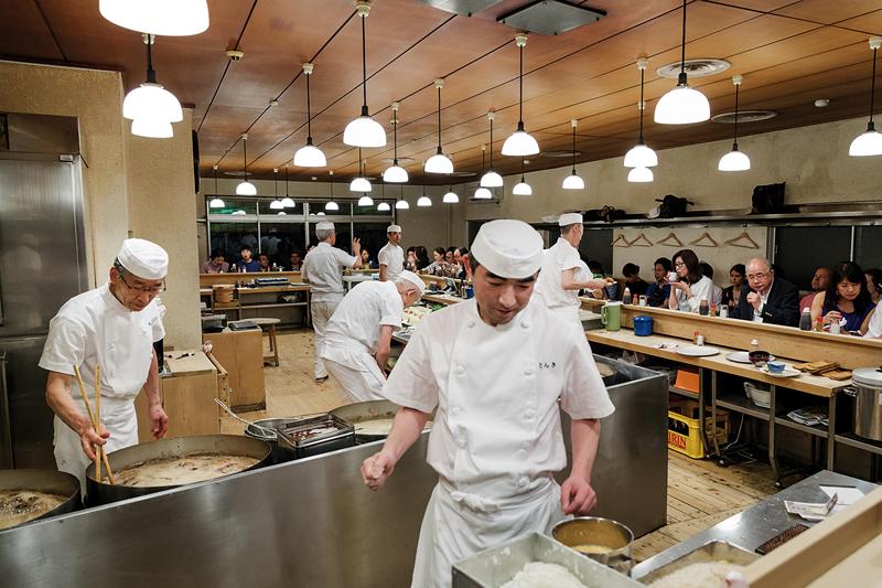 Derrière le comptoir, il est possible de suivre le cheminement bien établi de votre commande. ©Jérémie Souteyrat pour Zoom Japon