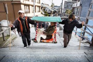 Kotohira, Februray 16 2014 - A client is hold by carriers to climb the 785 stairs to the main shrine.