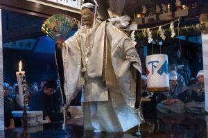 """""""Dans cette région reculée au rude climat hivernal, le petit village de Kurokawa entretient depuis cinq siècles une tradition particulière, paysanne, du nô, associé à des rites archaïques célébrant la rencontre entre les divinités et les hommes qui rappellent les mystères du Moyen Age occidental... La fête donne lieu ici à une offrande particulière: un enchaînement pendant vingt-quatre heures de pièces de nô. A Kurokawa, le spectacle a non seulement lieu dans des maisons particulières, ce qui renforce, par ce caractère intimiste, sa dimension sacrée d'offrande aux divinités, mais il est aussi précédé de rituels religieux. Dans les deux maisons où a été apporté à l'aube le """"corps"""" de la divinité depuis le sanctuaire de Kasuga, celle-ci est d'abord """"mise en robe"""" : cinq tissus blancs sont fixés entre les trois bâtons, donnant à l'ensemble l'aspect d'un éventail déployé. Puis, repliée devant un pilier de la maison, elle fera face à la scène en planches cirées montée pour l'occasion."""" Ph Pons Le festival de Kurokawa est un festival de théâtre Nô qui se tient à Kushibiki-chô dans la ville de Tsuruoka, département de Yamagata au Japon. Il est officiellement reconnu bien culturel immatériel du Japon depuis 1976."""