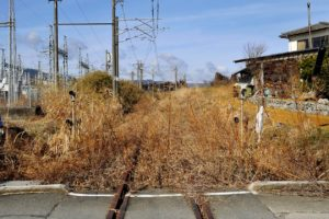 La vie semble s'être soudainement arrêtée il y a deux ans autour de la centrale de Fukushima. Cette voie de chemin de fer a l'abandon est la ligne Joban qui traverse la zone des 20 kilomètres.