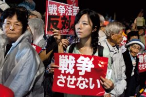 Manifestation le 9/10/2015 devant la Diete contre la revision de la constitution pacifique du Japan. Cette jeune femme semble perdue au milieu d'une foule de manifestants tres majoritairement ages ou tres ages.