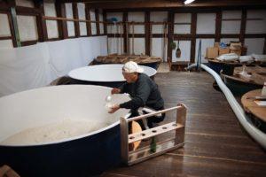 ouvrier-fermentation-riz-pour-sake-japon