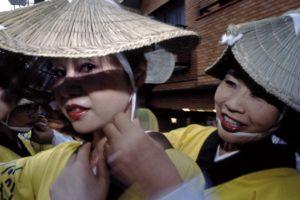 夏祭り Awa-odori Matsuri, Koenji, Nakano-ku, Tokyo Deux femmes qui s'appretent a participer aux danses ajustent leurs chapeaux de paille