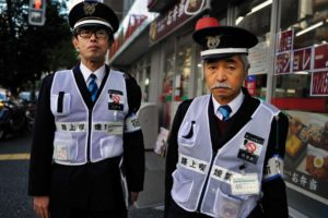 """BRIGADE ANTI -TABAC DE TOKYO SHINJUKU LE 15 NOVEMBRE 2012 MUNIS D'UN CENDRIER PORTABLE ILS ARRETENT LES FUMEURS DANS LA RUE. SEULS RISQUENT UNE AMANDE CEUX QUI REFUSENT D""""ETEINDRE LEUR CIGARETTE."""