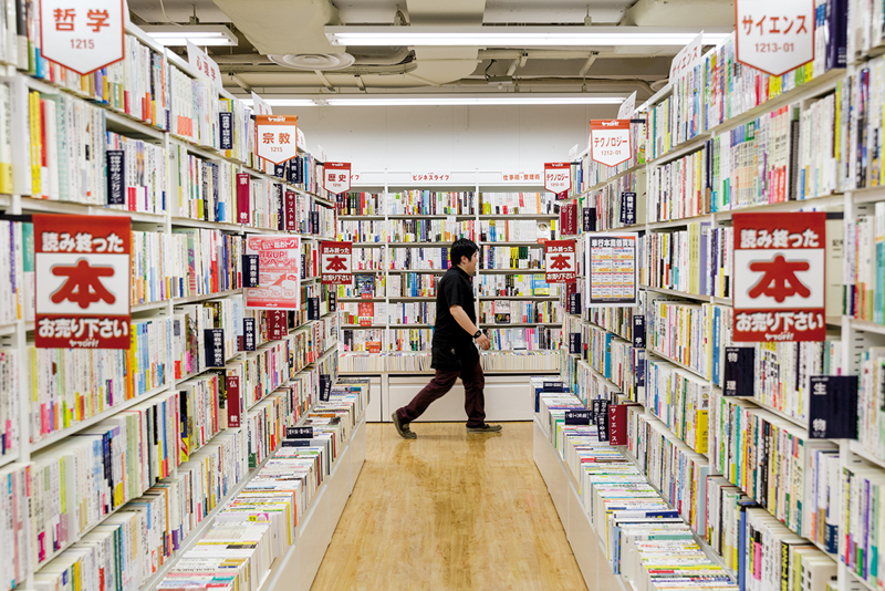 Chez Book Off, les acheteurs sont aussi des vendeurs en puissance. ©Jérémie Souteyrat pour Zoom Japon
