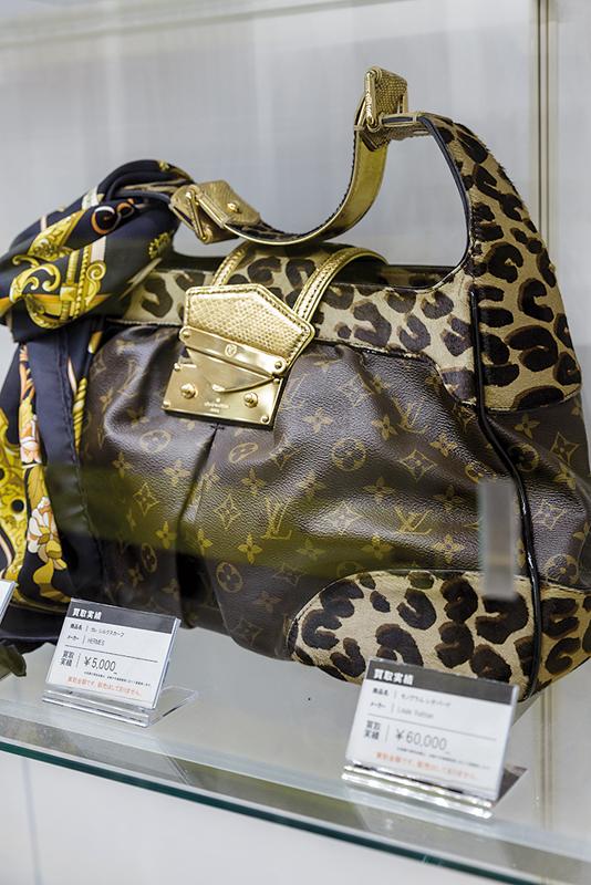 Chez Komehyo, tous les produits vendus ont subi un contrôle pour éviter les contrefaçons. ©Jérémie Souteyrat pour Zoom Japon