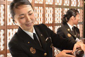 train-seven-stars-personnel-kyushu-japon