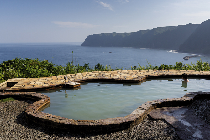 Le rotenburo (bain extérieur) de Miharashi no Yu offre une vue imprenable sur le Pacifique. ©Jérémie Souteyrat pour Zoom Japon