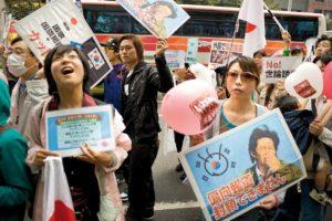 Des centaines de manifestants nationalistes defilent devant le siege de Fuji TV, quartier d'Aoyama a Tokyo, pour protester contre les programmes TV coreens. Le 06 novembre 2011