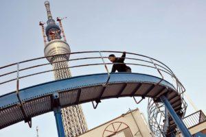 Garon sur un toboggan situe au pied de la nouvelle tour de Tokyo, Sky tree.