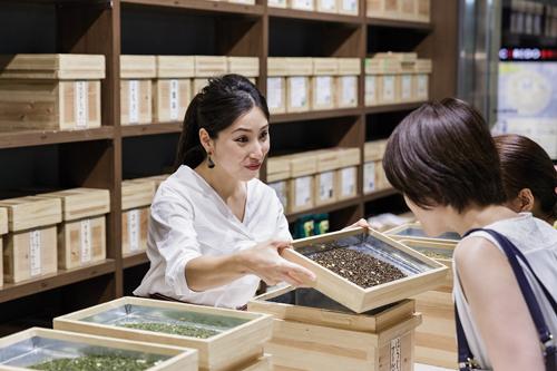 Pour amener ses clients, notamment étrangers, à apprécier le thé vert, Ocharaka leur propose de découvrir des mélanges aromatisés qui rencontrent le succès. (Jérémie Souteyrat pour Zoom Japon)
