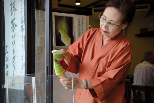 En dehors des boissons à base de thé vert, les producteurs misent aussi sur les produits dérivés comme les glaces au matcha. (Elodie Hervé pour Zoom Japon)