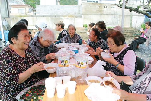 La fête d'adieu s'est achevée par un grand banquet auquel de nombreux habitants ont participé. ©Ishinomaki Hibi Shimbun