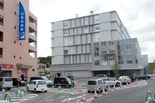 Le nouvel hôpital municipal a été implanté dans le quartier de la gare. Il jouxte désormais la mairie. ©Ishinomaki Hibi Shimbun