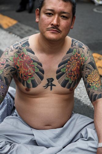 Les tatouages ont abusivement été associés à la pègre par les films des années 1960-70. ©Jérémie Souteyrat pour Zoom Japon