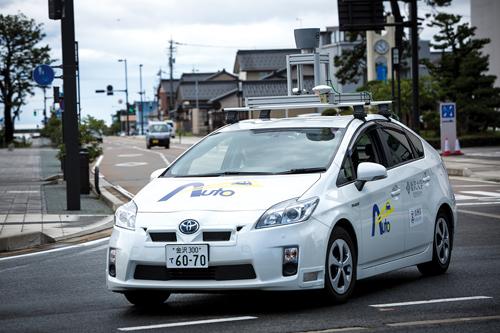La voiture autonome qui sillonne la ville est reconnaissable par sa structure installée sur son toit. ©Richard Atrero de Guzman pour Zoom Japon
