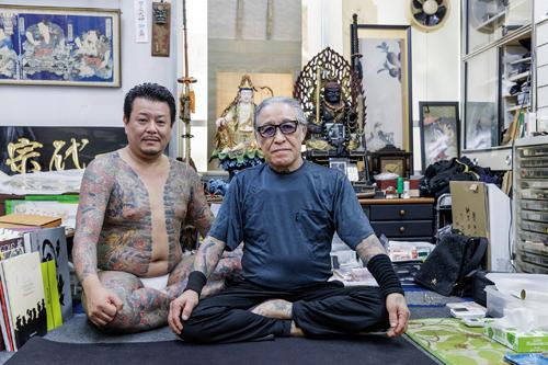 HoriyoshiIII dans son atelier de Yokohama. A 70ans, ce maître tatoueur incontesté défend une approche traditionnelle de son métier. ©Jérémie Souteyrat pour Zoom Japon