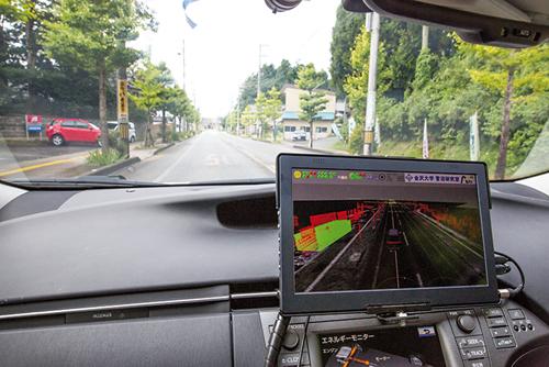 Sur l'écran, les bâtiments apparaissent en rouge tandis que les véhicules et les personnes sont en vert.©Richard Atrero de Guzman pour Zoom Japon
