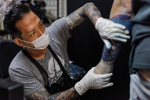 Aki Bonten reçoit une à deux fois par semaine des demandes pour des tatouages inspirés par des mangas ou des animes. ©Jérémie Souteyrat pour Zoom Japon