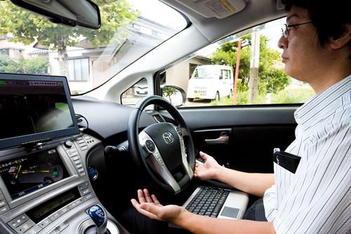 Suganuma Naoki à bord de sa voiture autonome dans les rues de Suzu.©Richard Atrero de Guzman pour Zoom Japon