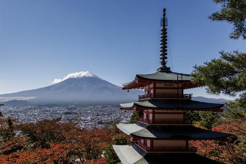 Le mont Fuji vu de la pagode Chureito à Fujiyoshida. ©Jérémie Souteyrat pour Zoom Japon