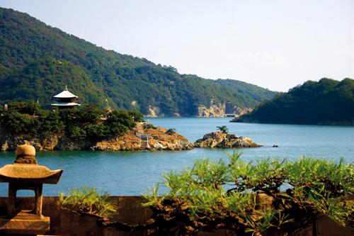 """""""La plus belle vue du Japon"""". C'est en ces termes qu'un émissaire coréen a évoqué le paysage évoqué en 1711 qui apparaît à la fenêtre du Taichoro. ©Angeles Marin Cabello pour Zoom Japon"""