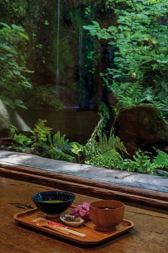 Passage obligé, le salon de thé ouvert sur le merveilleux jardin imaginé par l'artiste. ©Jérémie Souteyrat pour Zoom Japon