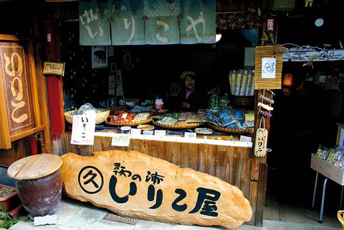 La fameuse boutique de Ken-chan où l'acteur américain Hugh Jackman a goûté des sardines séchées.©Angeles Marin Cabello pour Zoom Japon