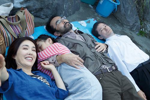 Un intrus s'est glissé dans ce portrait de famille. @2016 FUCHI NI TATSU FILM PARTNERS & COMME DES CINEMAS