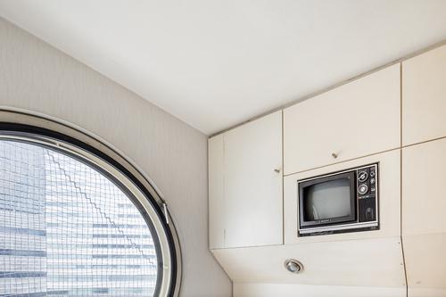 Dans chacun des appartements, un téléviseur en couleurs avait été installé.