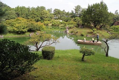 Une autre façon de découvrir le Ritsurin est de se laisser conduire en barque. /Johann Fleuri pour Zoom Japon